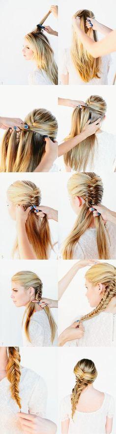 1.頭頂部の髪の毛を取り、二つに分けます。  2.片方の毛束の外側の端の毛を少量とり、中央にクロス  させます。         3.反対側の毛束の外側の端を少量とり、同じように中央にクロスさせます。  (※3~6はそれを繰り返していきます)                      7.首元に来た時は、毛束が二つに分かれている状態です。  同じように、外側の端から髪の毛を少量とり中央にクロス  させることを繰り返していきます。          8.毛先のギリギリまで編んで完成!