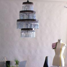 Lámpara de techoPieza única que cierra la serie Volivik 347. La estructura de esta lámpara de techo está fabricada en metal envejecido, tratado y barnizado, como acabado especial.  De ella cuelgan 347 bolígrafos Bic cristal color plata, donde la luz se refleja y dispersa como si fueran espejos.Gracias a Bic Société por facilitar los bolígrafos de edición limitada por su 60º aniversario.Pieza producida por enPieza! en su taller.Diseñador: Lucas ...
