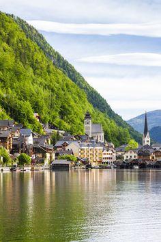 世界で一番美しい湖岸の街と言われているのがオーストリアのハルシュタット。あまりに綺麗なこの景観は世界遺産にも登録されており、なんと映画「サウンドオブミュージック」の舞台にもなった街なんです!世界一綺麗なんて、、死ぬまでに一度は行きたい夢の町を紹介します♪