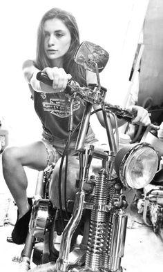 Harley Davidson News Motorbike Girl, Motorcycle Outfit, Motorcycle Girls, Lady Biker, Biker Girl, Chicks On Bikes, Pin Up, Easy Rider, Hot Bikes