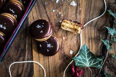 Kolečka se slaným karamelem Kitchenette, Christmas Baking, Food, Essen, Meals, Christmas Cookies, Yemek, Eten, Kitchen Nook