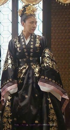 Korean Traditional Dress, Traditional Fashion, Traditional Dresses, Korean Dress, Korean Outfits, China Girl, Medieval Dress, Korean Actresses, Korean Celebrities