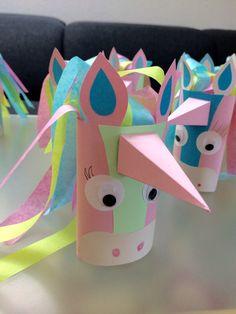 Einfach den Einladungstext einrollen und in die Rolle stecken Einladung Einhorn Pferd Kindergeburtstag Einhörner Klopapierrolle Toilettenpapierrolle Basteln diy Seidenpapier pastell rosa blau grün Kinderparty Idee Märchen Schmetterling Fee Fabeltier