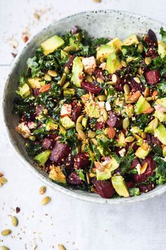 Skøn grønkålssalat med bagte rødbeder, feta, avocado, skøn dressing og stegte kerner. Spises med falafler til. Vegetarisk aftensmad. Raw Food Recipes, Salad Recipes, Vegetarian Recipes, Healthy Recipes, Feta, Greens Recipe, Recipes From Heaven, Food Inspiration, Love Food