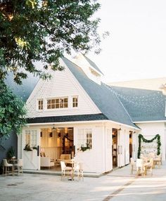 Do you want to transform your home exterior into modern farmhouse exterior? Modern farmhouse exterior is the perfect blend of modern and traditional elements. 60 Awesome Farmhouse Exterior Design and Decor Ideas Modern Farmhouse Exterior, Modern Farmhouse Decor, Farmhouse Style, Farmhouse Ideas, Future House, My House, California Homes, House Goals, The Ranch