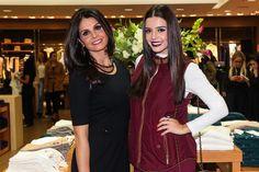 Giovanna Lancellotti posa com a mãe em loja e semelhança impressiona