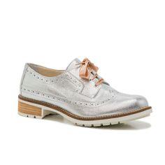 CF00-18 - Sapato prateado em pele natural com atacadores em cetim. O interior é em pele natural com a palmilha almofadada com espuma. Sola em borracha. Fabricado em Portugal