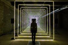 """Uma mulher interage com a instalação """"On Your Wavelength"""", de Marcus Lyall, durante o festival """"Winter Lights"""", no Canary Wharf, Londres, Inglaterra, em 16 de janeiro de 2017 (Leon Neal / Getty)."""