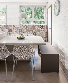 O quebra-quebra valeu na reforma da cozinha do casal Débora Negrão e Wlamir Riso de Oliveira. O cômodo, que media 17 m², ficou com 25 m², depois da eliminação das paredes da copa e da lavanderia. Agora, a mesa é continuação da ilha central