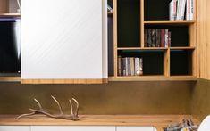 Behagliche Dachgeschosswohnung in Alteiche, schönem Loden und Licht - Tischlerei Spatzenegger Bookcase, Shelves, Home Decor, Old Oak Tree, Modern Home Design, Carpentry, Nice Asses, Shelving, Decoration Home