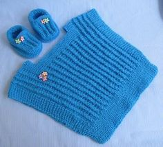receita no site ( tricot) Knitting For Kids, Baby Knitting, Crochet Baby, Crochet Bag Tutorials, Knit Baby Booties, Crochet Cardigan, Baby Patterns, Charity, Knitted Hats