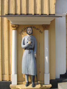 Kruunupyyn kirkon vaivaisukon tekijäksi mainitaan puuseppä Lybäck ja ukko on tehty vuonna 1856. Pituutta ukolla on 164 cm. Ukon on todennäköisesti tehnyt evijärveläinen Erkki Lahti, jonka tekemiä ilmeisesti ovat myös Ähtävän, Pedersören ja Lappajärven ukot.