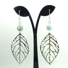 Boucles d'oreilles métal argenté, estampe feuille et perles de verre marbré café- bleu et blanc .