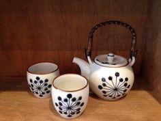 波佐見焼の新作の茶器が登場です。先日ご紹介の常滑焼とはまた全然違った感じの良さですね。ツル付きの土瓶は小ぶりなタイプです。湯呑も小さめで、全体的にコロンとして小ぶりでとてもカワイイです。こういったツル付きの土瓶はオシャレなものが少ないですよ Japanese Taste, Cup Design, Mug Cup, Kettle, Tea Time, Tea Pots, Pottery, Dishes, Mugs