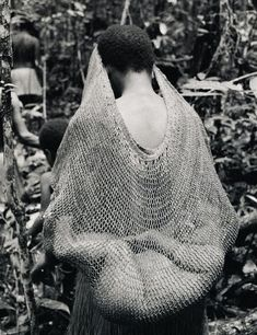 Kombai woman and her baby, Irian Jaya (West Papua). Photographed by Frederic Lagrange. Date unknown We Are The World, People Around The World, Art Premier, Mama Baby, World Cultures, Mothers Love, Mother And Child, Baby Wearing, Belle Photo