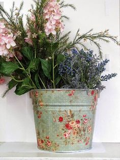Decoupage on a tin bucket shabby chic decor Shabby Vintage, Diy Projects To Try, Craft Projects, Decoupage Tins, Decoupage Ideas, Deco Rose, Storage Buckets, Home And Deco, Shabby Chic Decor