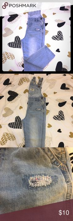 OSHKOSH B'GOSH PATCHED OVERALLS 🌟NWOT🌟.  Classic OshKosh B'gosh style is effortless with these girls' OshKosh B'gosh denim patch overalls.   PRODUCT FEATURES 	•	Adjustable straps 	•	Genuine metal hardware 	•	Functional front & back pockets 	•	Patch accents 	•	Pre-washed for softness PRODUCT DETAILS 	•	Cotton 	•	Machine wash 	•	Imported OshKosh B'gosh Bottoms Overalls
