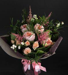 Нежный и утонченный ароматный универсальный букет из селекционной розы Дэвид Остин и розы Яна, астильбы, амариллиса, симфорикарпуса и аспарагуса. Покорит сердце любой прекрасной леди.