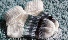 Stricken Sie Babysöckchen oder Babyschuhe nur noch in der richtigen Größe. Mi Knitting baby socks or baby shoes only in the right size. Mi … – # Babysöckchen the Baby Knitting Patterns, Knitting Blogs, Knitting For Kids, Knitting Socks, Knitted Hats, Knitting Stitches, Crochet Baby Socks, Knit Crochet, Baby Shoes