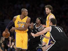 Die Los Angeles Lakers sind mit Kobe Bryant im Aufwind. Nicht nur mit seinem No-Look-Pass auf Pau Gasol im NBA-Spiel gegen die Brooklyn Nets zeigte der fünffache Champion seine Klasse.    Beim 95:90 machte Bryant die letzten acht Punkte seines Teams. Damit konnte auch Mike D'Antoni als neuer Coach der Kalifornier einen erfolgreichen Einstand auf der Bank feiern. (Foto: Pual Buck/dpa)