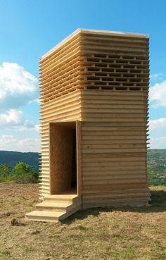 Signal Ethique pavilion: Un refugio en la intemperie  La forma se basa en puntos de referencia locales alrededor de la zona montañosa, es una estructura de madera que proporciona un faro y punto de referencia de los visitantes con el paisaje montañoso del centro de Francia.