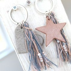 Prachtig leer is helemaal hot voor het komende seizoen! Maak nu trendy boho si… Nice leather is totally hot for the upcoming season ! Make trendy boho jewelry with our DQ leather tags Leather Jewelry, Leather Craft, Boho Jewelry, Pendant Jewelry, Jewellery, Diy Keychain, Leather Keychain, Keychains, Boho Shoes