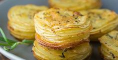 Parmesan and Rosemary Potato Stacks are an easy and delicious way to serve potatoes! cup unsalted butter, melted 1 tablespoon rosemary 1 teaspoon kosher salt fresh black pepper 4 small white or Yukon gold potatoes cup shredded Parmesan cheese Potato Sides, Potato Side Dishes, Veggie Side Dishes, Vegetable Dishes, Vegetable Recipes, Food Dishes, Food Food, Rosemary Potatoes, Parmesan Potatoes