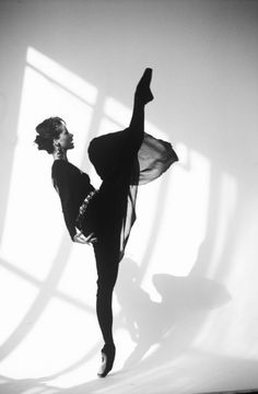 Ballerina Darcey Bussell photographed by Arthur Elgort. I just love Ballet photos.so elegant! Arthur Elgort, Cowboy Bebop, Plum Pretty Sugar, Silver Blonde, Dance Movement, Peter Lindbergh, Ballet Photography, Fashion Photography, Ballet Beautiful