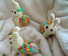 Auch dies sind wieder Geschenke für kleine Geburtstagskinder. Als ich diese schöne dicke bunte Wolle sah wußte ich gleich was daraus wird. S...