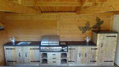 landelijke buitenkeuken van hout met bbq. Deze houten buitenkeuken wordt op maat gemaakt.
