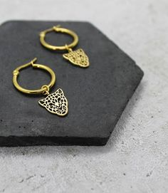 Gold plated brass hoops with matt gold plated leopard charms.The hoops are round and come on jewellery card in a gorgeous branded box.If you love these hoops you can also find the matching leopard necklace! Quartz Stone, Quartz Crystal, Leaf Earrings, Gold Earrings, Gold Jewelry Simple, Gold Jewellery, Star Necklace, Unique Gifts, Pouch