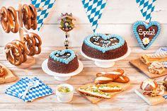 Vegan Oktoberfest delicacies: strudel and vegan vanilla sauce - Nachtisch Octoberfest Party, Oktoberfest Food, Gaudi, Oktoberfest Decorations, Party Mottos, Vanilla Sauce, Snacks Für Party, Party Recipes, Party Cakes
