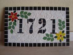 Numero residencial feito em base de cerâmica, feito com pastilhas de vidro, o numero com pastilha de porcelana e rejunte.