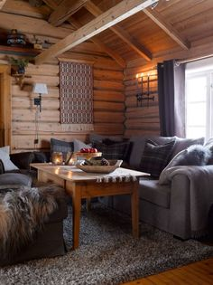 WELCOME: The nostalgic timber walls have been preserved in the old part, which probably dates from the century. They help to give the cabin a very special and personal touch. The sofa is from Bohus. PHOTO: Per Erik Jæger Home Living Room, Living Room Decor, Home Interior, Interior Design, Modern Log Cabins, Timber Walls, Decor Scandinavian, Boho Home, Log Cabin Homes