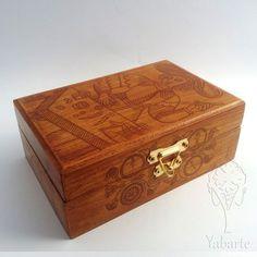 Caixa de baralho decorada com tema da carta O Mago do Tarot de Marselha para você guardar o seu deck favorito de uma maneira personalizada. Forrada com tecido para conservar melhor as lâminas.