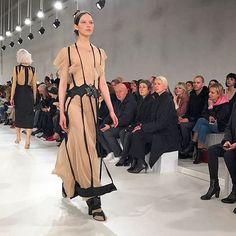 Bom dia fashionistas! As semanas de moda internacionais seguem a todo vapor. Nesta quarta-feira (01) acontece o segundo dia de desfiles da Paris Fashion Week. John Galliano (@jgalliano) acaba de apresentar o inverno 2017/2018 da @maisonmargiela. O estilista mostrou o trabalho artesanal na passarela e peças em tons sóbrios e também vibrantes como o neon. #pfw #mcnapfw  via MARIE CLAIRE BRASIL MAGAZINE OFFICIAL INSTAGRAM - Celebrity  Fashion  Haute Couture  Advertising  Culture  Beauty…