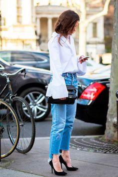Street style com blusa manga boca de sino e cropped jeans