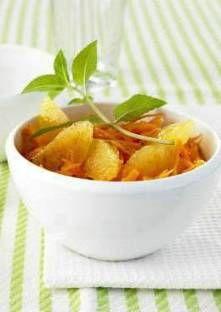 Pelez une orange à vif au dessus d'un bol et prélevez ses quartiers en enlevant les membrane...
