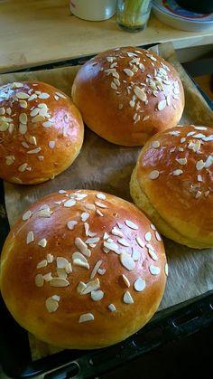 Mazanec nebo vánočka : 1 kostka droždí.700gr hlad.mouka.140gr zmeklé máslo.140gr cukr.330ml vlažné mléko.5 žloutků. Citr..kůra. 1kávová lžička soli Bread And Pastries, Bread Rolls, How To Make Bread, Sweet Recipes, Food And Drink, Cookies, Baking, Cake, Crack Cake