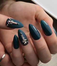 Extravagant green with extravagant rhinestones. For the best effect, combine matte and glossy shades.