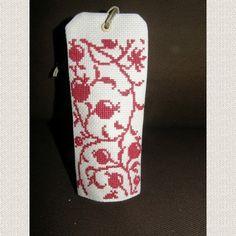 Porte senteur au motif brodé au point de croix à la main. Il s'agit d'un petit coussin où vous glissez un sachet de lavande, menthe, anis, cannelle, ou autre. S'accroche à une  - 11786287