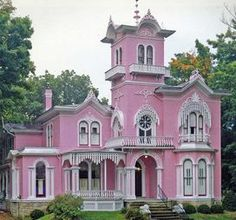 Pretty in Pink Victorian Homes and Cottages! Pink Houses, Old Houses, Vintage Houses, Colorful Houses, Beautiful Buildings, Beautiful Homes, House Beautiful, Painted Lady House, Victorian Style Homes