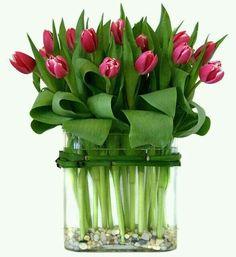 Toch staan er tulpen volop, ik kon er ook niet aan weerstaan. Fragiel zijn de stengels, daarom zet ik ze ook in zo'n accuvaas.
