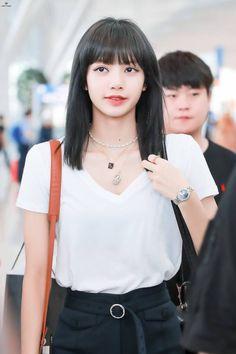 lisa with black hair :D Jennie Blackpink, Blackpink Lisa, Rapper, Yg Entertainment, South Korean Girls, Korean Girl Groups, Lisa Hair, Blackpink Photos, Pictures