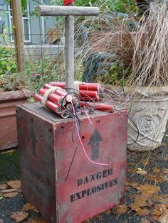 Halloween Old West miners explosives prop Casa Halloween, Halloween Forum, Theme Halloween, Halloween Ghosts, Halloween 2019, Halloween Crafts, Halloween Decorations, Country Halloween, Wild West Theme