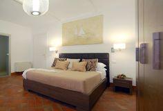 """Navona Luxury Apartments, Appartamento Superior. Un accogliente appartamento di 47 mq, con affaccio sui vicoli più suggestivi di Roma, diviso in zona notte e living per un soggiorno all'insegna del benessere che solo il vero lusso può dare. Dotata di ogni comfort, dispone di una camera matrimoniale finemente arredata e di uno spazio living con divano letto (2posti), bagno con doccia, 1 TV 32"""" e 1 TV 60"""", angolo cottura."""