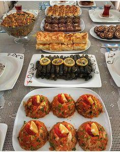 Café da manhã e para o dia - Abendessen - Delicious Pancakes Breakfast Presentation, Food Presentation, Romantic Breakfast, Food Decoration, Food Platters, Recipes From Heaven, Turkish Recipes, Creative Food, Food Design