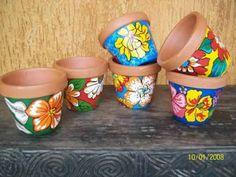 Aprenda como encapar vasos com o uso de tecido, com dicas simples e bem fáceis de fazer aí na sua casa.