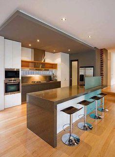 cozinha cinza, branco e madeira. Detalhe para o rebaixo de teto também cinza