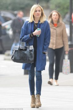 Fashion leader: Fearne Cotton wore short jeans and leopard print platform boots as she covered up her pregnancy bump while out in London on Wednesday Fearne Cotton, Love Fashion, Style Fashion, Fashion Trends, Fashion Ideas, Fashion Inspiration, Maternity Fashion, Maternity Style, Denim Trends